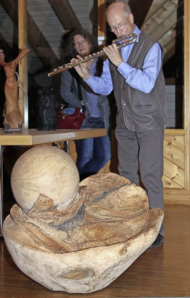 Cello und Holzskulptur